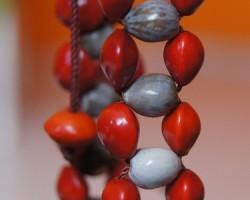 Bracelet tissé en graine de Job et graine de l'église.