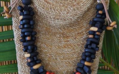 Très joli collier en bois d'Ébène et graine l'église.