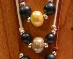 sautoir 3 rangs, graines Savonnette, perles Céramique. Monté sur lacet de daim.