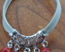 Bracelet tombant, les graines se positionnent sur le dessus de la main. Différentes couleurs de lacet de daim.